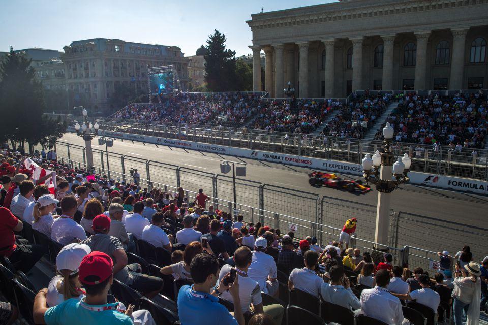 Располагается на Приморском парке напротив трибуны Хазар. После трибуны Абшерон, одна из первых  трибун, кто встречает участников Гран-При.