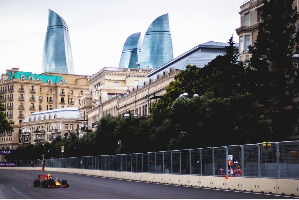 Историческое событие из мира спорта – Гран-При Формулы 1, в городе Баку, проводится перед непоколебимым историческим символом города.