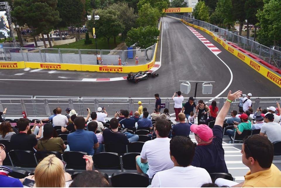 Почти сюрреалистичное сочетание памятника истории и турнира Формулы 1 придает трибуне Ичеришехер особую привлекательность.