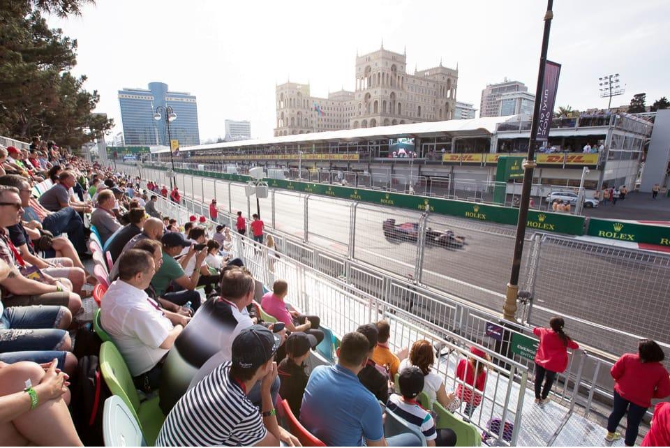 Абшерон – основная трибуна Гран-при. Место старта спортивной феерии, и её окончания с помпезной церемонией награждения.